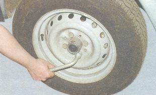 баллонным ключом ослабьте четыре болта крепления колеса