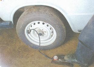 проверьте давление воздуха в шине установленного колеса