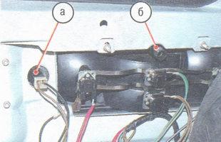 а - патрон фонаря освещения номерного знака; б - гайка крепления рассеивателя