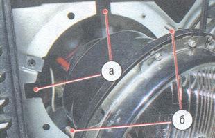 а - вырезы на кузове, б - регулировочные винты