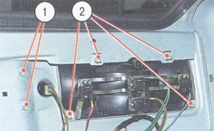 1 - винты крепления фонаря освещения номерного знака; 2 - гайки крепления заднего фонаря