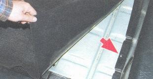 нижний винт крепления правой обивки багажника