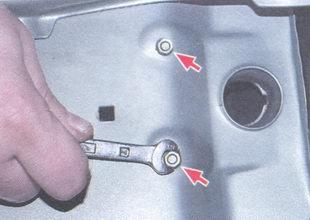 винты крепления корпуса фонаря освещения номерного знака