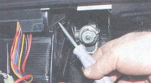 держатель кожухов радиатора и вентилятора отопителя салона