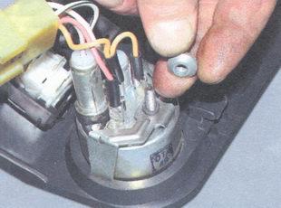 """1. Для замены приборов снимите с автомобиля ваз 2106 панель приборов. см.  """"Проверка датчиков контрольных приборов """"..."""
