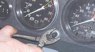 гайка крепления кнопки сброса показаний счетчика суточного пробега автомобиля