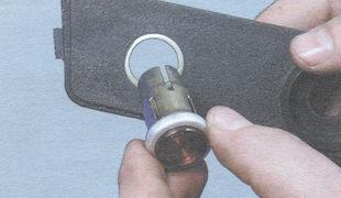 корпус контрольной лампы недостаточного уровня тормозной жидкости