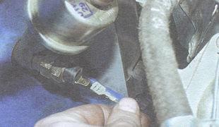провод датчика контрольной лампы недостаточного давления масла