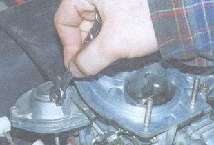 стопорный болт оболочки тяги управления воздушной заслонкой карбюратора