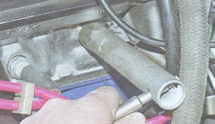 снятие датчика указателя температуры охлаждающей жидкости