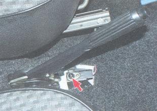 расположение выключателя контрольной лампы включения стояночного тормоза ваз 2106