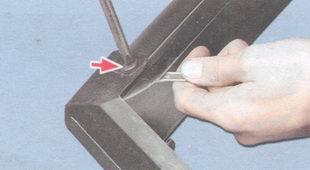 винт крепления левой боковой накладки