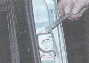 болты крепления фиксатора замка двери