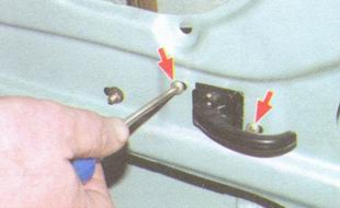 винты крепления внутренней ручки двери