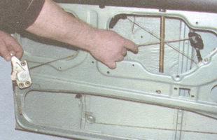 снятие замка двери вместе с тягой и ручкой