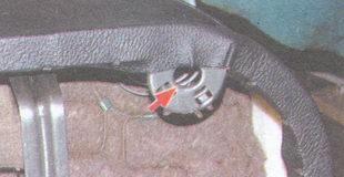 фиксатор на каркасе подушки заднего сиденья