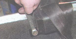 болт крепления инерционной катушки ремня безопасности