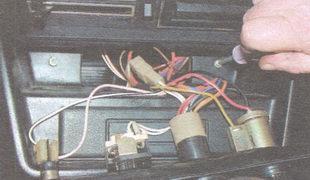 винты крепления панели радиоприемника