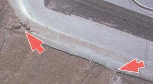 дренажное отверстие над гнездом домкрата и дренажное отверстие в месте стыка крыла, пола и брызговика