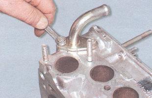 гайка крепления патрубка отвода жидкости к отопителю