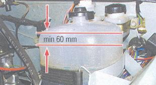 пространство над уровнем жидкости не менее 60 мм
