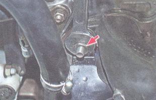 верхняя гайка крепления воздухозаборника