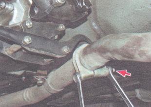 гайка болта хомута, соединяющего приемную трубу и входную трубу дополнительного глушителя