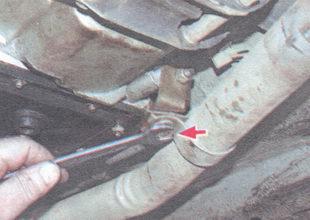 болт крепления хомута приемной трубы к кронштейну на коробке передач