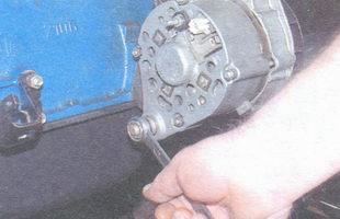 гайка нижнего крепления генератора