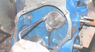 болт крепления упорного фланца валика привода вспомогательных агрегатов