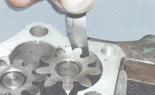 проверка зазора между наружными диаметрами шестерен и корпусом масляного насоса