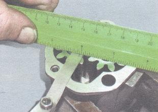 проверка зазора между торцами шестерен и плоскостью корпуса масляного насоса