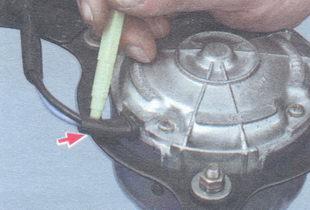 отметьте положение электродвигателя относительно кожуха вентилятора