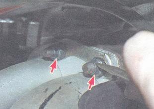гайки крепления фланца приемной трубы глушителя к выпускному коллектору