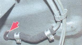 отверстия в кузове для прохода трубок загерметизированы резиновыми втулками