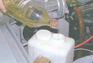 долейте в бачок омывателя жидкость до уровня сетки фильтра