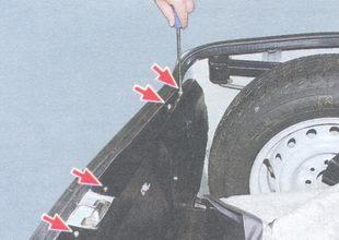 верхние винты крепления задней обивки багажника