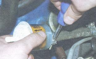 стрелка на корпусе топливного фильтра, указывающая направление потока топлива