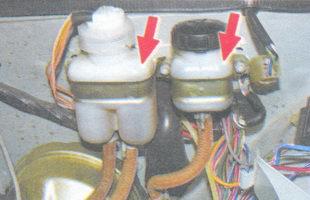 проверка уровеня тормозной жидкости в бачках гидропривода тормозов и сцепления
