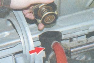 проверка уровеня охлаждающей жидкости в радиаторе системы охлаждения