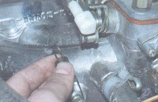 возвратная пружина рычага привода дроссельной заслонки первой камеры