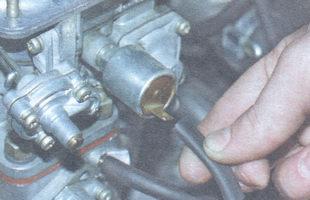 провод электромагнитного клапана системы холостого хода