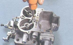 топливоподающий клапан-винт крепления распылителя ускорительного насоса