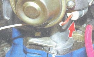 конденсатор, установленный в нижней части прерывателя