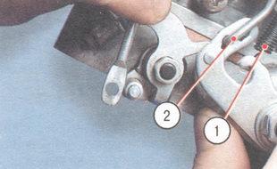 1 - пружина рычага оси дроссельной заслонки первой камеры, 2 - промежуточная тяга