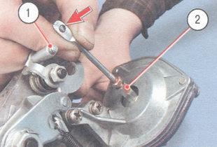 1 - рычаг дроссельных заслонк, шток пневмопривода (показан стрелкой), 2 - втулка штока пневмопривода