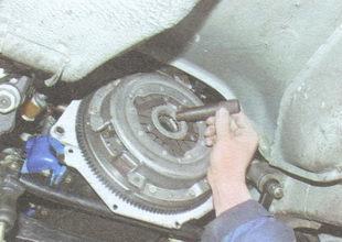 установите оправку для центрирования ведомого диска сцепления