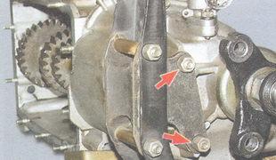 гайки крепления подушки задней подвески двигателя к картеру