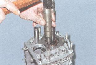 винт крепления стопорной пластины промежуточного подшипника вторичного вала