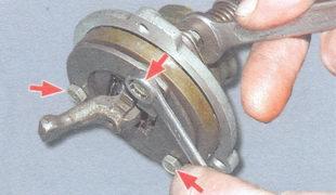 гайки стяжных болтов корпуса рычага переключения передач